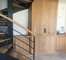 Mobilier en chêne et escalier